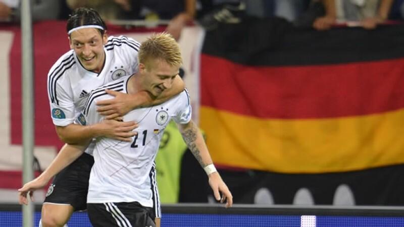 el aleman marco reus celebra su gol