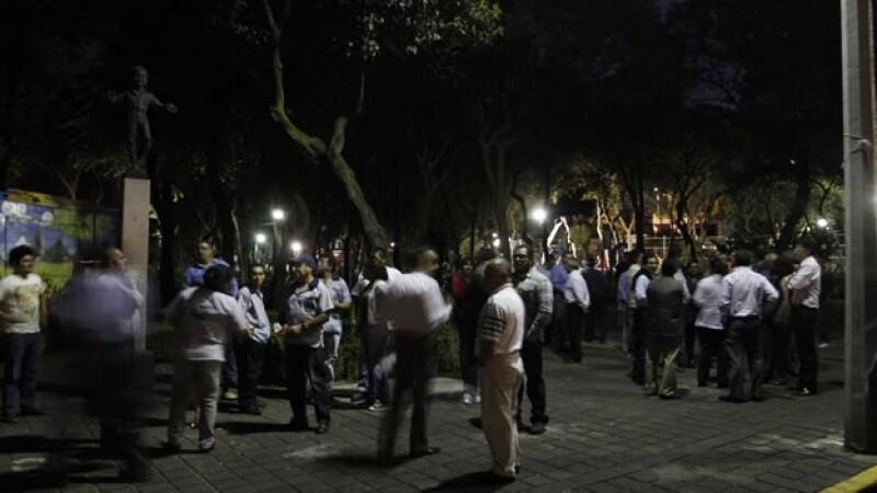 Un grupo de personas que fueron evacuadas este lunes por un sismo de 5.0 de magnitud con epicentro en Guerrero