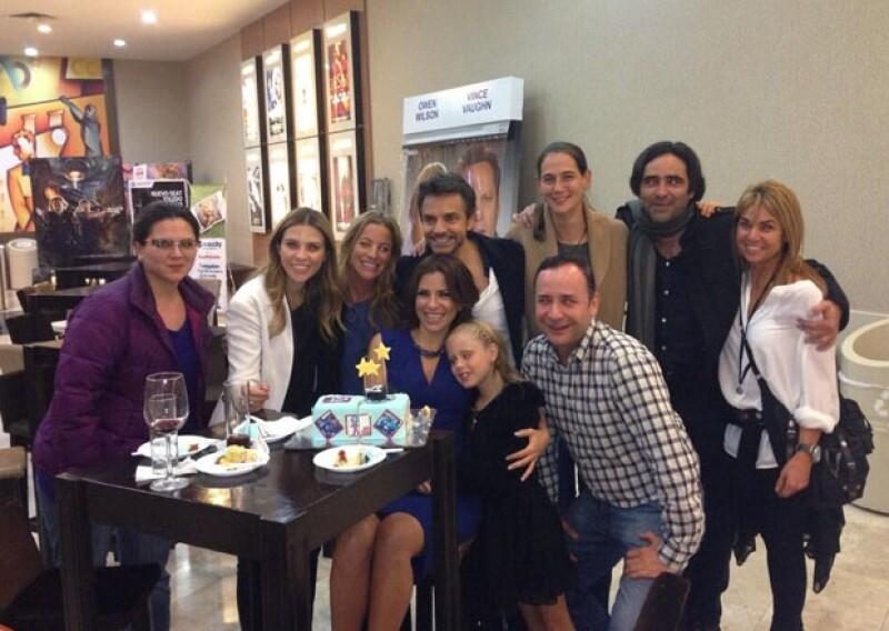 Alessandra cumple 42 años, y además de soplar las velitas de su pastel en el cine ha recibido muchas felicitaciones por medio de Twitter.