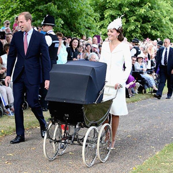 Las personas se formaron para ver pasar a la familia de los duques.