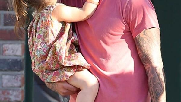 Padre e hija fueron captados saliendo de la tienda Ye Olde King´s Head en Los Ángeles donde se demostraron su cariño mediante unos tiernos besos.