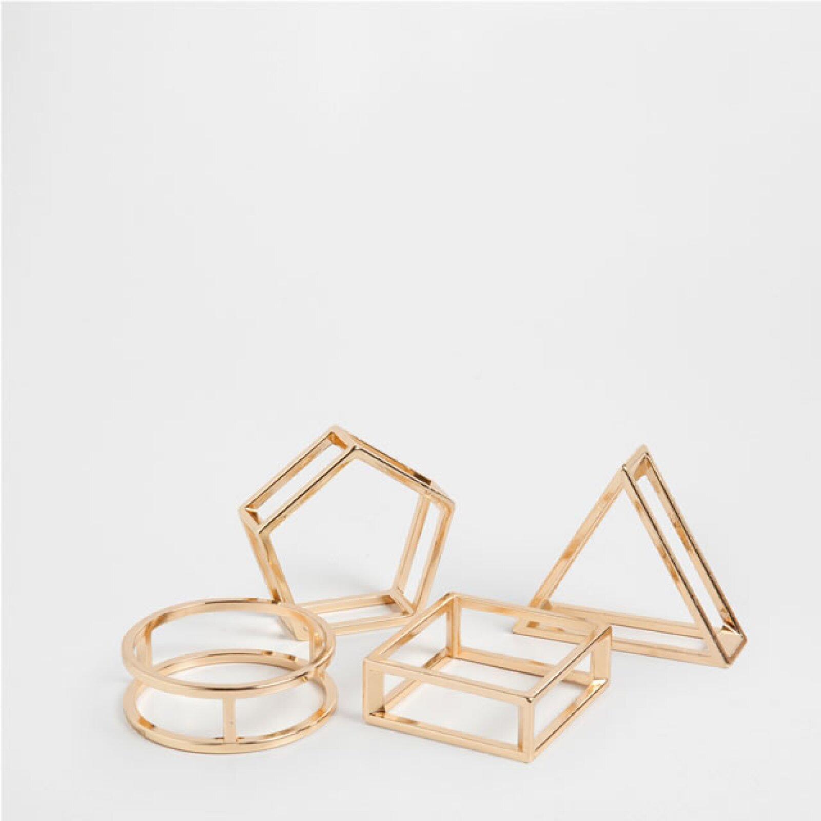 No te tienes que apegar a piezas clásicas, experimenta con estos servilleteros geométricos. 299 Pesos, Zara Home Santa Fe.
