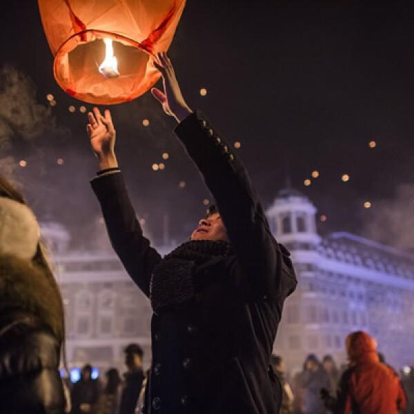 Miles de personas lanzaron globos de luz en la ciudad china de Harbin como festejos del Año Nuevo, en la víspera del Festival del Hielo en esta localidad, en el que se presentan vistosas esculturas de hielo.