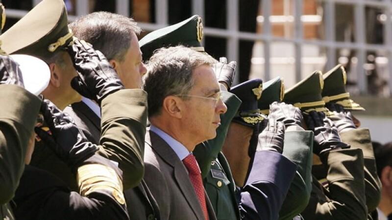 alvaro uribe con soldados