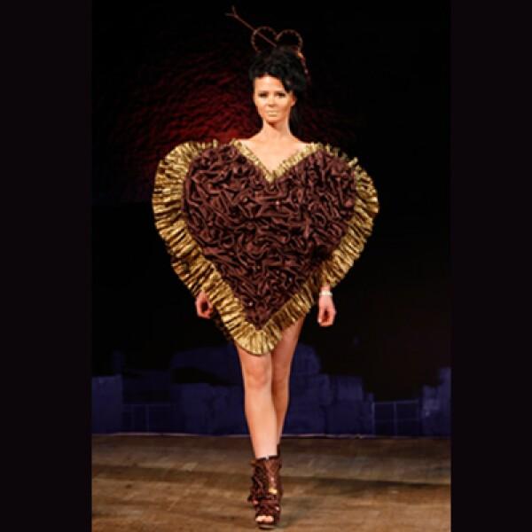 Una modelo camina con un corazón repleto de chocolate obscuro.