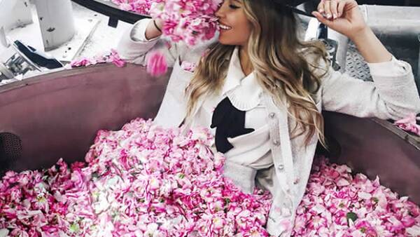 La fashion blogger, quien además es nuestra portada, compartió en exclusiva para Quién® su experiencia sobre la visita que tuvo a los campos donde Chanel cultiva las flores para sus perfumes.