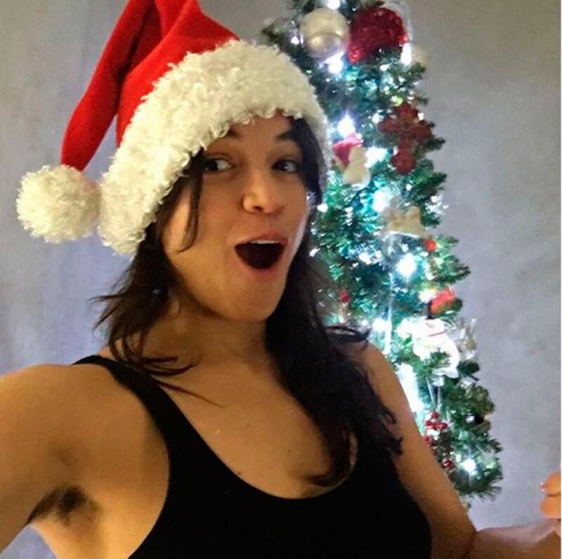 Con esta imagen, la actiz envío buenos deseos esta Navidad y prometió depilarse antes de que termine el 2015.