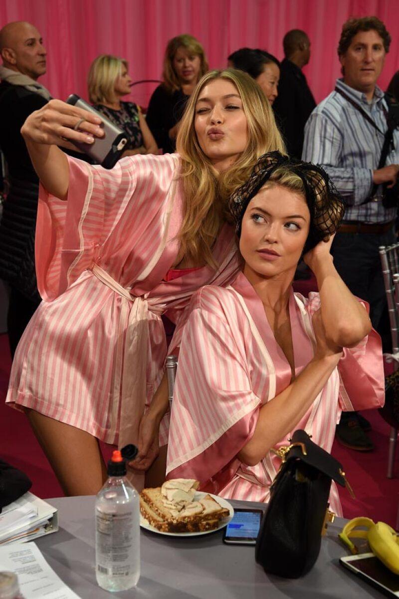 Las modelos de la marca comen sandwiches de pavo con pan integral en el backstage.