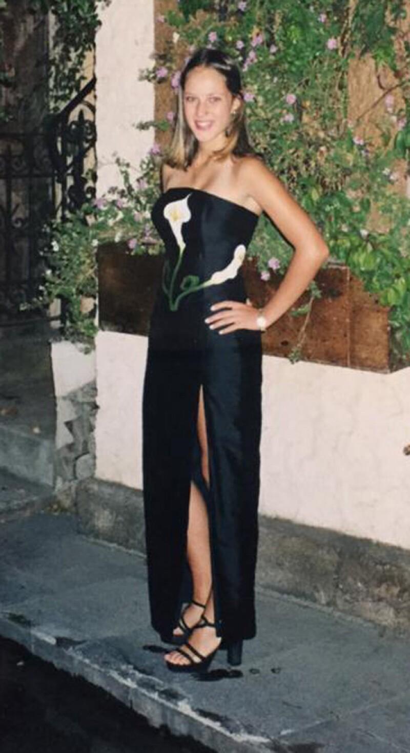 La guapa presentadora de televisión compartió con sus followers de Twitter una imagen del día en que celebró sus quince, en un tradicional vestido.