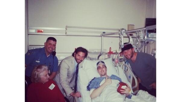 El actor acudió a un hospital de la ciudad para visitar al jugador de americano Jeffrey Bauman, quien apoyaba a su novia en la carrera y trágicamente perdió las piernas por una de las explosiones.