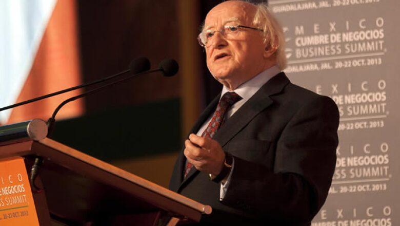 El presidente de Irlanda, Michael Higgins, arribó a la ciudad tapatía para asistir al cierre del encuentro empresarial
