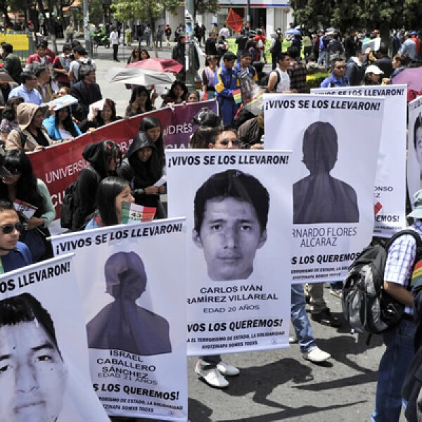 Los manifestantes bolivianos difundieron las fotografías de los 43 normalistas mexicanos desaparecidos y exigen justicia.