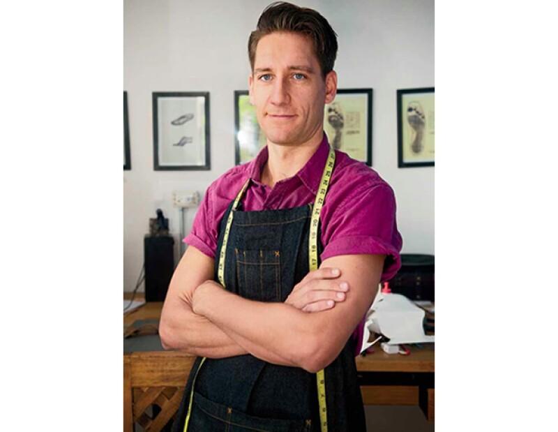 El argentino renunció a su carrera en el mundo de las finanzas para mudarse a México y convertirse en un zapatero artesanal.