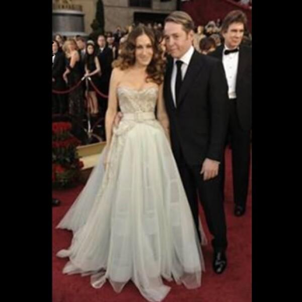 La actriz asistió acompañada de su esposo Matthew Broderick, hizo honor a Carrie Bradshaw eligiendo un diseño de Dior Haute Couture y joyas de Fred Leighton.