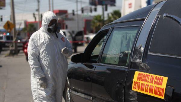 Un hombre murió abordo de su vehículo sobre Paseo de la Victoria en Ciudad Juárez, Chihuahua. Hasta el momento no ha sido confirmada la cauas de muerte, sin embargo trascendió que pudo ser por Covid-19.