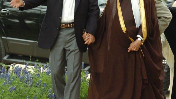 El rey Abdullah de la mano del ex presidente de Estados Unidos, George W. Bush, cuando lo llevó a conocer su rancho en Texas.