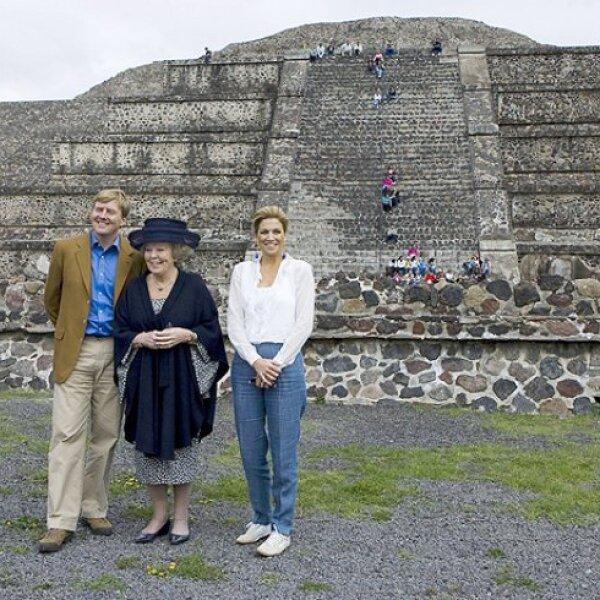 Autoridades del INAH explicaron a la familia real holandesa sobre la historia y cultura azteca.