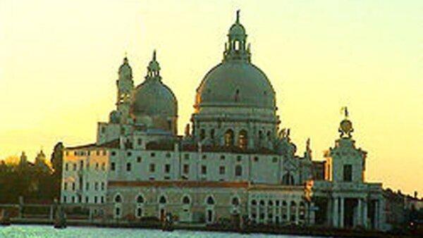 Venecia es considerado el segundo lugar más romántico del mundo, después de Paris. Está situada sobre un conjunto de islas que se extiende en una laguna homónima pantanosa en el mar Adriático, en el nordeste de Italia.