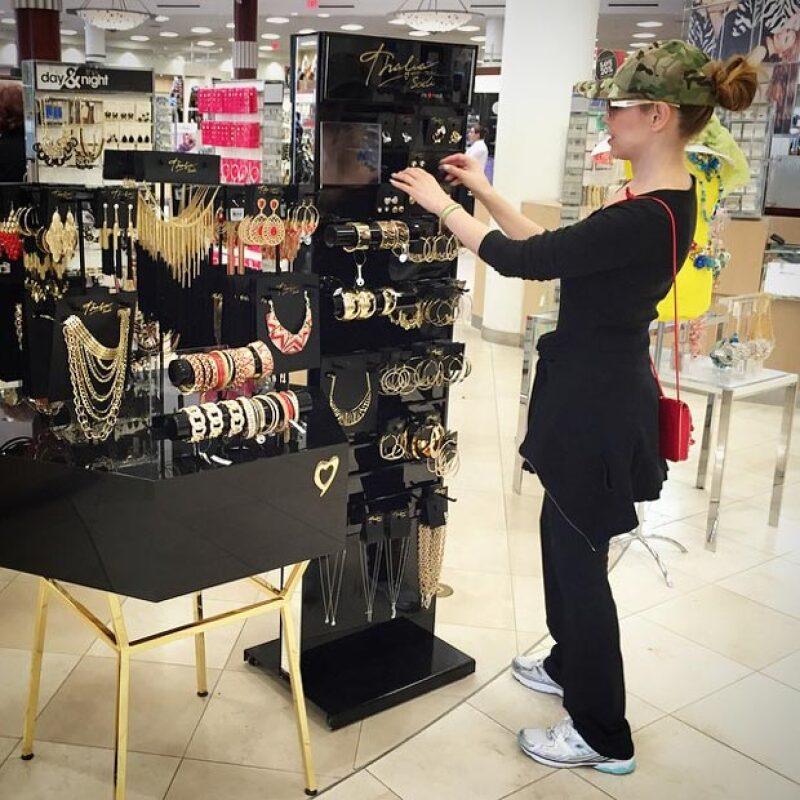 La cantante decidió dar un paseo con su hija por Macy&#39s, por lo que aprovechó que todo estuviese perfecto con los zapatos y accesorios de su línea Thalia Sodi Collection.