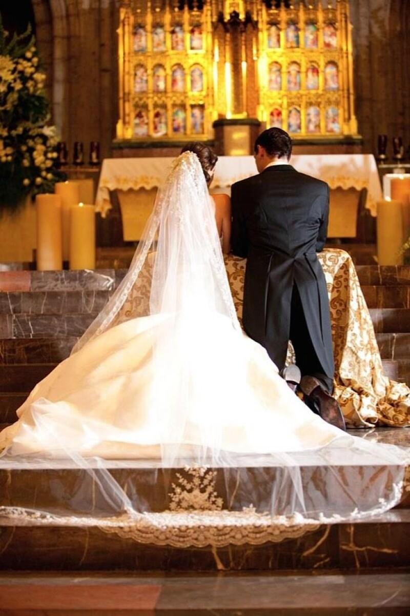 """La conductora de la """"La Voz... México"""" expresó el amor que tiene por su esposo y reveló fotografías de momentos importantes de su boda."""