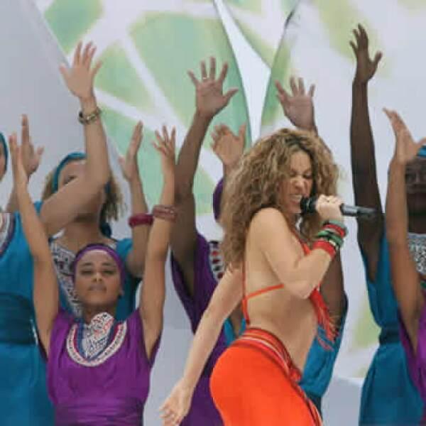 La cantante colombiana Shakira (c) actúa durante la ceremonia de clausura del Mundial Alemania 2006, antes de disputarse la final entre Ital