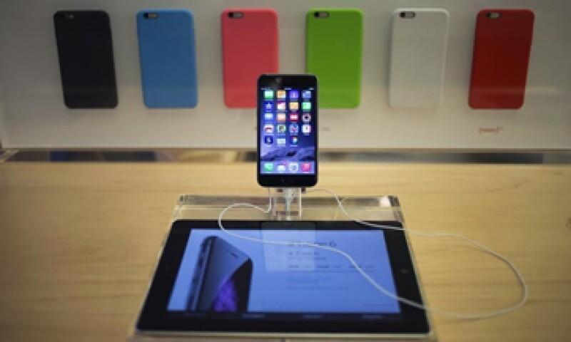 Con la tecnología de realidad aumentada, tu iPhone podría ayudarte a ver qué hay en tu camino.  (Foto: Reuters )