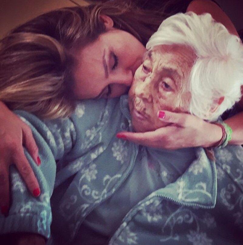 La cantante realizó una visita relámpago a tierras mexicanas para estar al pendiente de la salud de su abuela, Eva Mange.