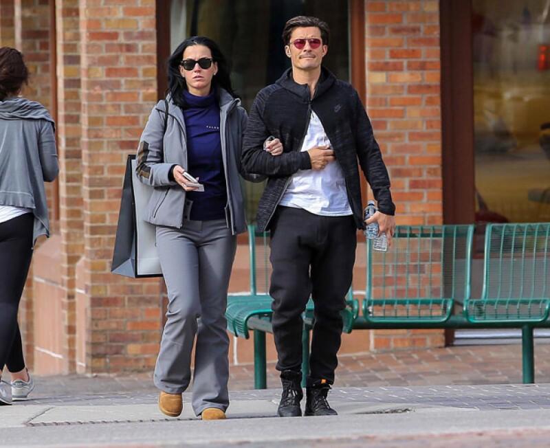 El actor y la cantante fueron captados paseando por las calles de Aspen este fin de semana, en donde estuvieron para asistir a una boda.
