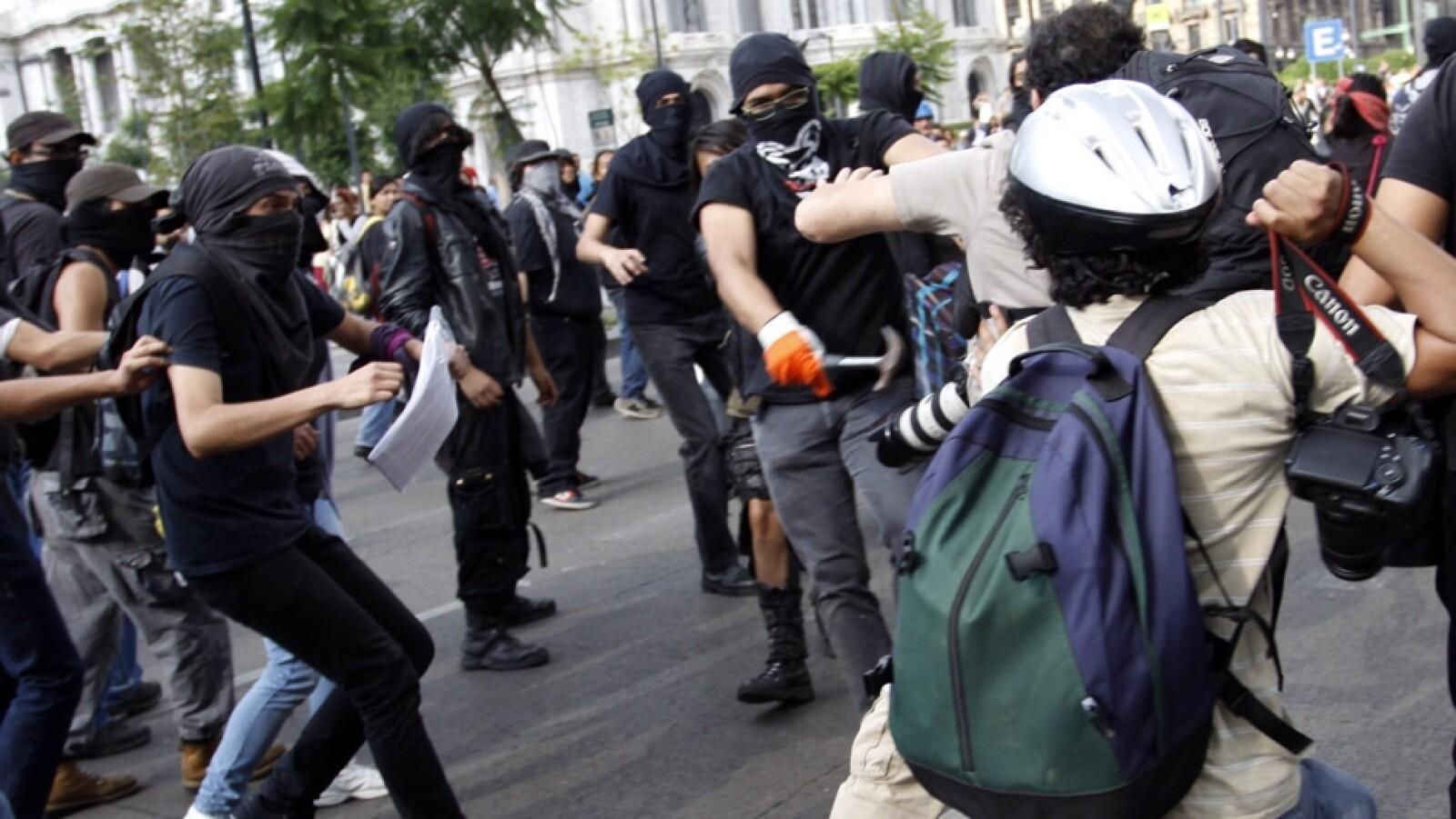 Con sus cámaras y equipo de trabajo, los reporteros se defendieron de las agresiones