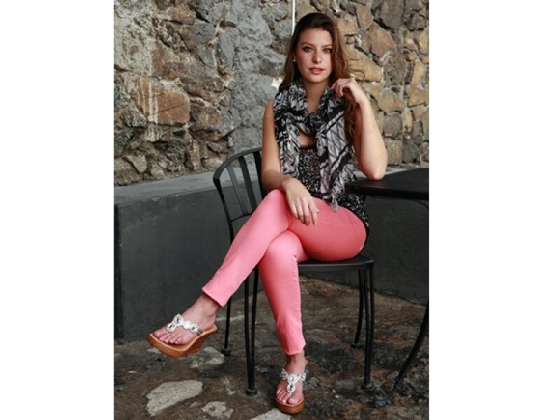 Jeans en tonos claros, sandalias y mascada en el cuello, ideales para ir al cine o por un café.