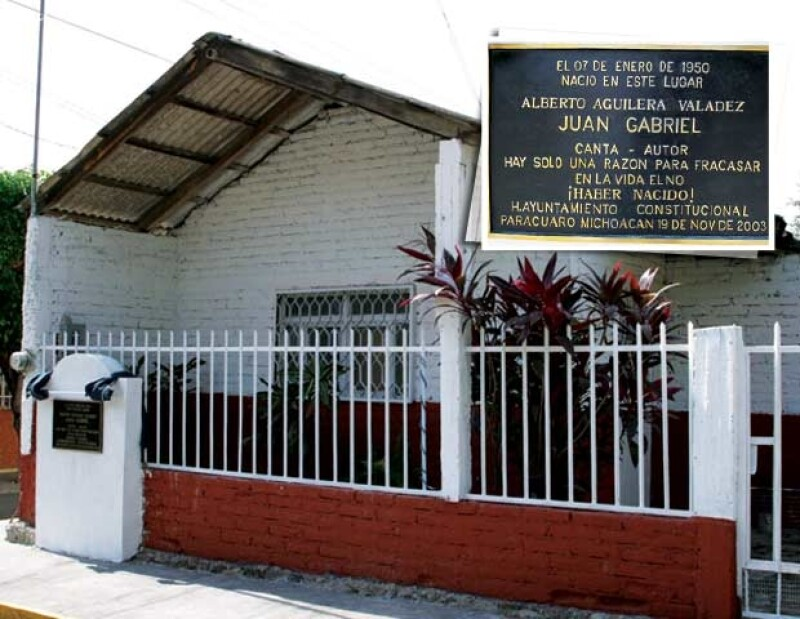 Esta casa aún es conservada por el ayuntamiento. Aquí Victoria Valadez dio a luz a su décimo hijo, ahora conocido como Juan Gabriel.