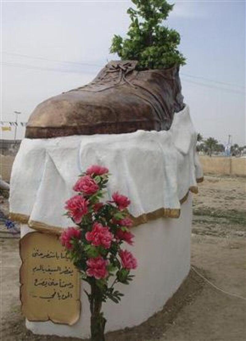 Una escultura gigante en forma de zapato fue colocada en la ciudad iraquí de Trikit en homenaje al periodista Muntazer al-Zaidi, quien lanzó su calzado al ahora ex presidente estadunidense.