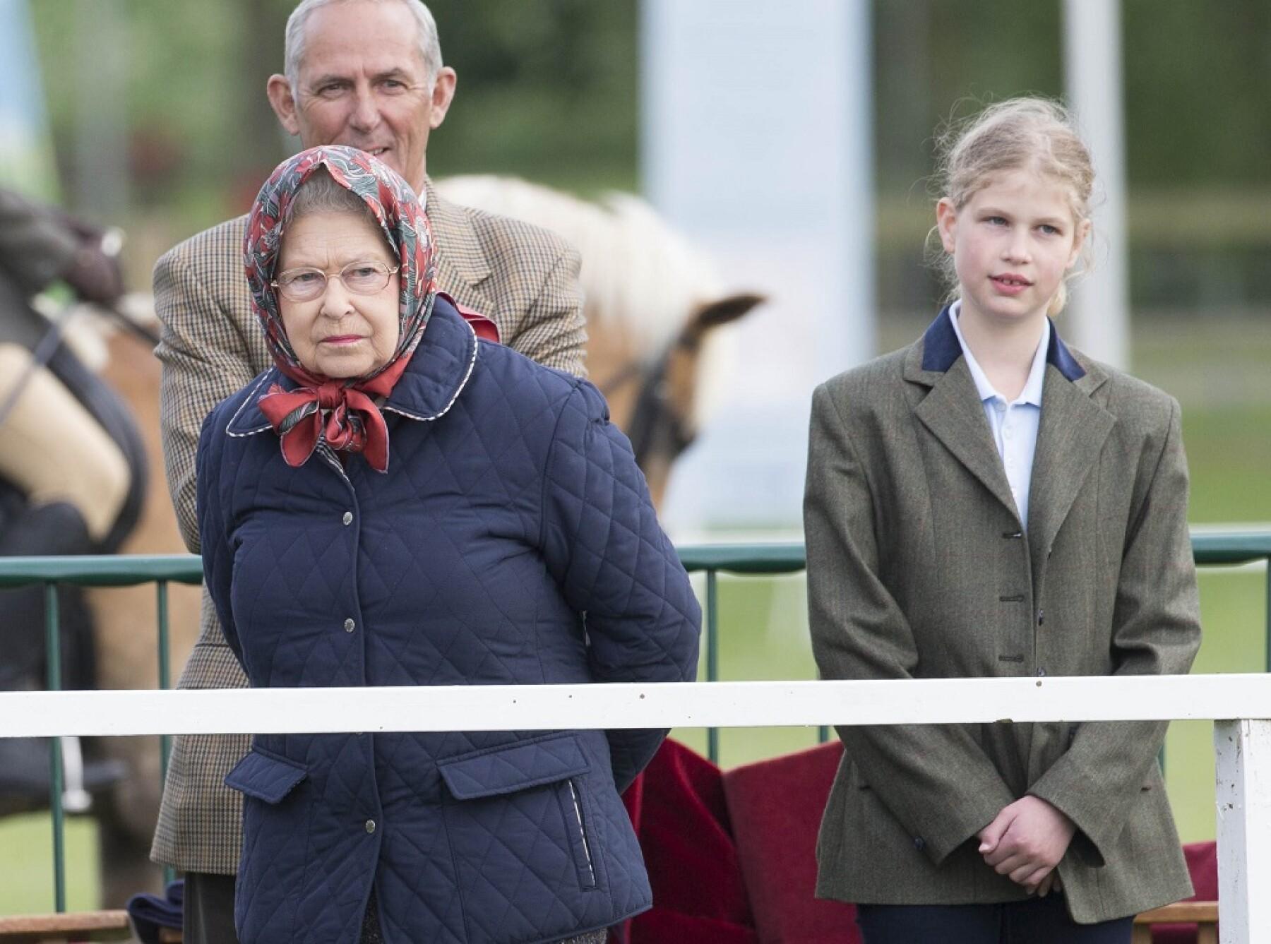 Reina Isabel II y Lady Louise Windsor