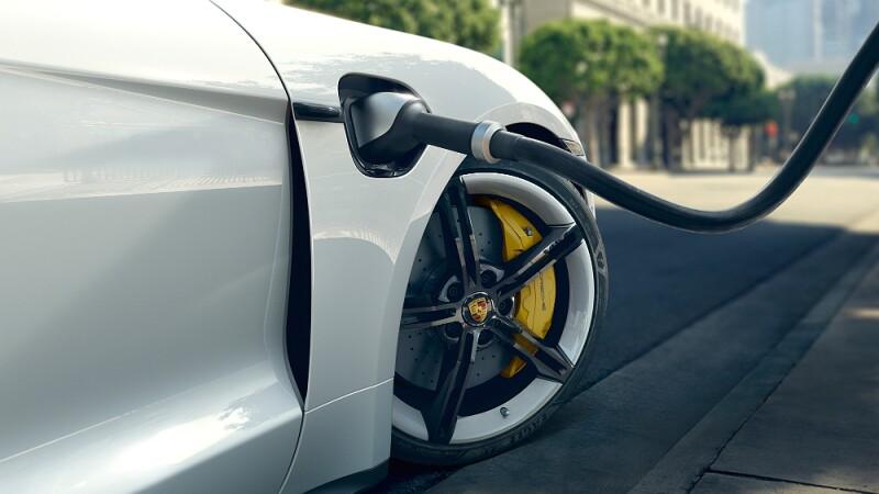 Porsche Taycan enchufle.jpg