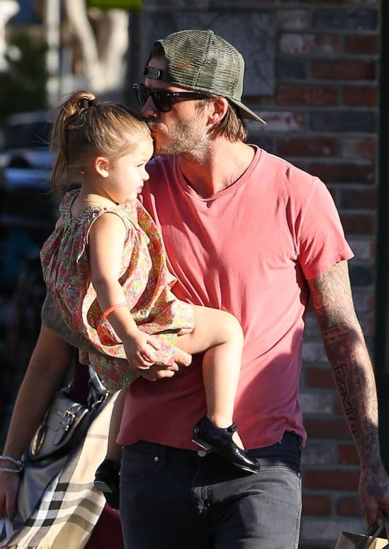 El ex futbolista le dio muchos besos a su hija en la frente y cachete.