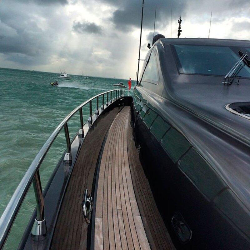 Sin importar que el  día esté gris y nublado, el esposo de Lola Ponce se muestra sexy y disfruta del día en su bote.