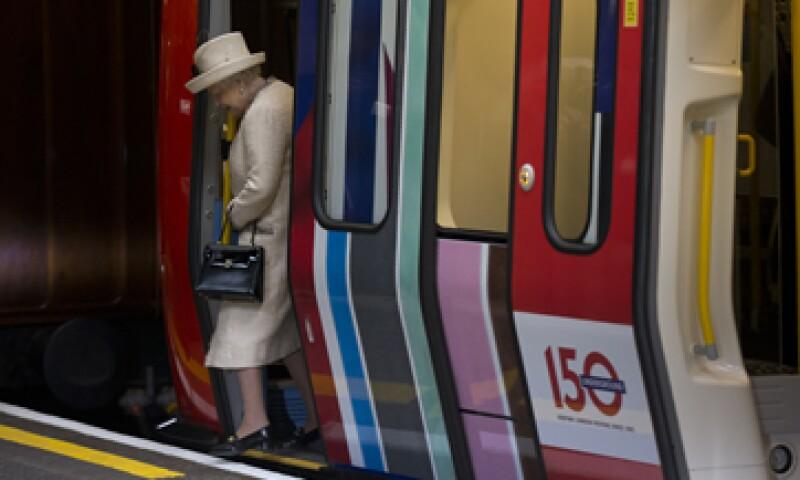 La monarca parecía recuperada al abordar un vagón restaurado del siglo XIX. (Foto: AP)