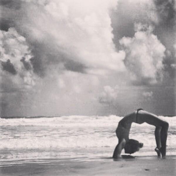 Nunzia comparte su mejor combinación, yoga más playa.