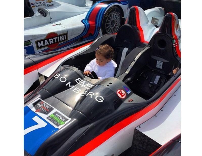 Martín Fuentes y Jacky Bracamontes compartieron en sus respectivas cuentas de instagram la foto de su hija convirtiéndose en toda una corredora de autos.