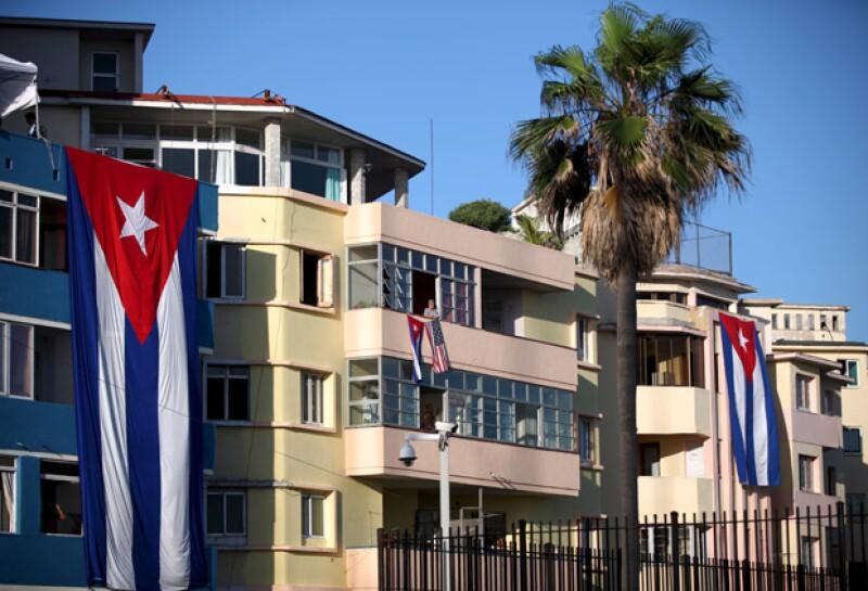 En los hogares cubanos se pueden ver banderas estadounidenses desplegadas para el evento.