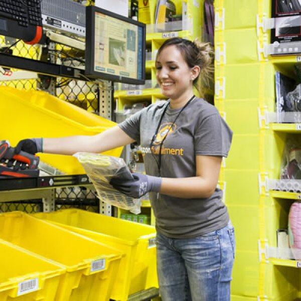 Amazon asegura que sus robots no quitan empleo a los humanos, solo facilitan su trabajo. La firma incluso anunció que contrató a más de 80,000 personas para cumplir con la demanda de diciembre