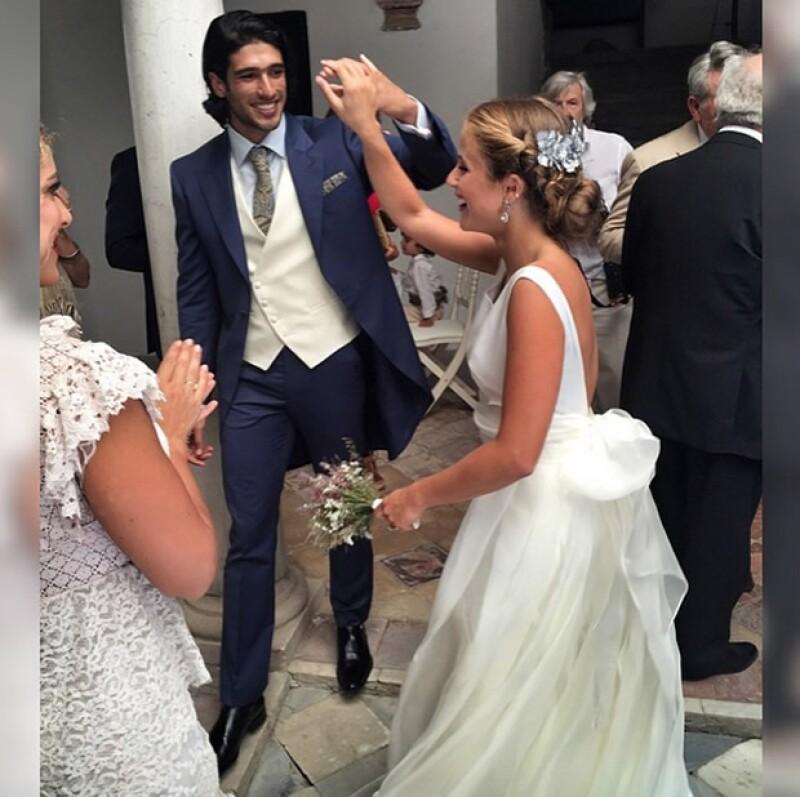 Después de comprometerse el año pasado, la pareja se dio el sí de una manera muy romántica en España.