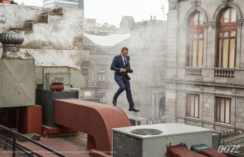 Daniel Craig aparece brincando los techos del Centro Histórico de la Ciudad de México.