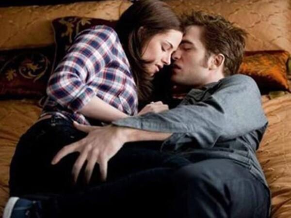 Aquí Kristen Stewart (Bella Swan) y Robert Pattinson (Edward Cullen) en una de las escenas de Eclipse, tercera parte de la saga Crepúsculo.
