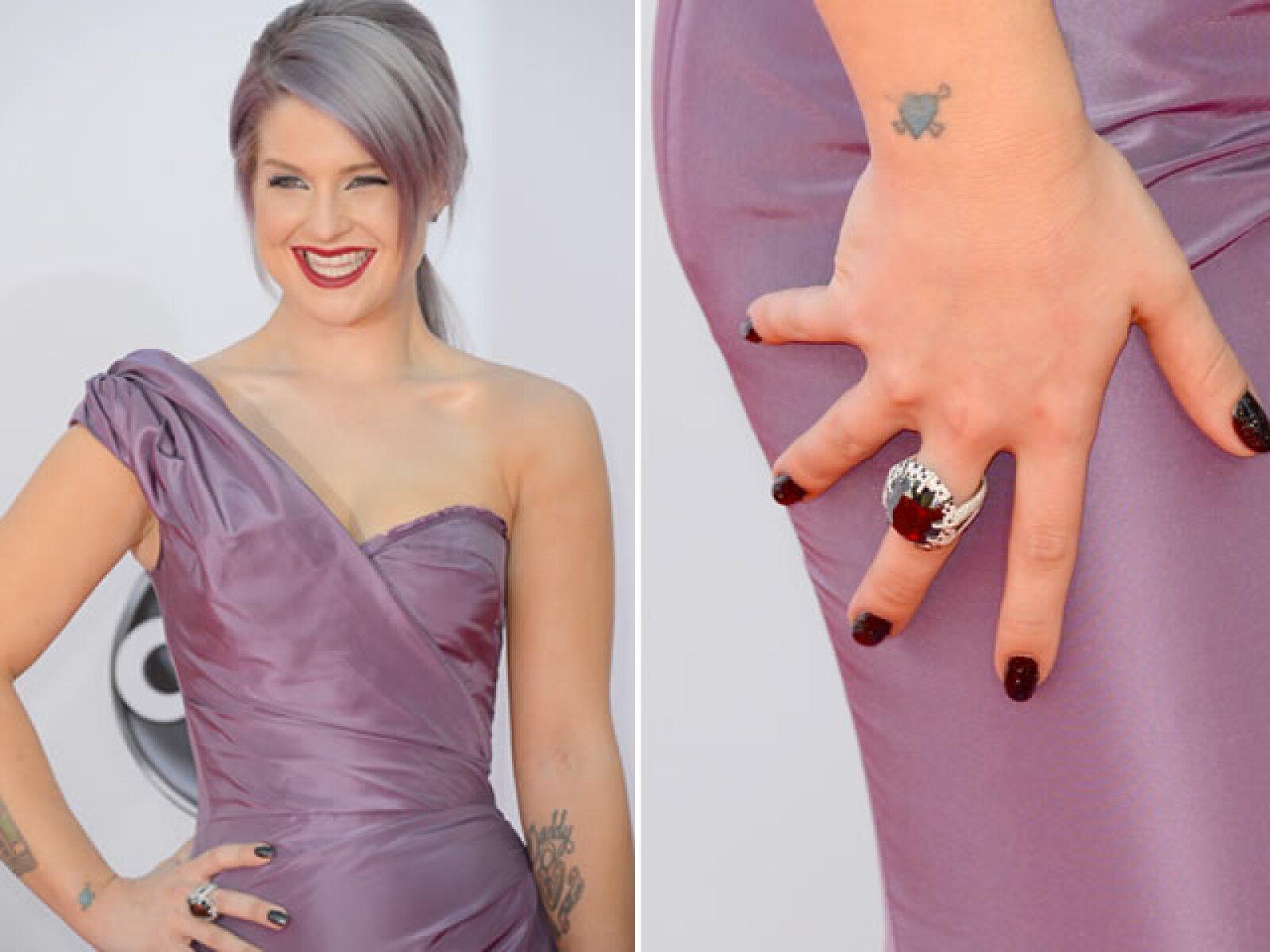 La ahora crítica de moda, Kelly Osbourne no necesitó más joyería que su manicure de 250 mil dólares.