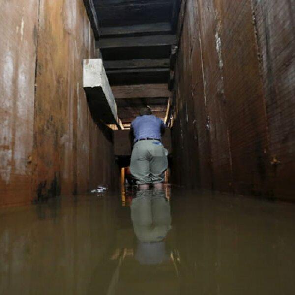 El túnel, de aproximadamente 1.8 metros de alto y paredes de madera, conecta con el sistema de drenaje por donde escapó, aunque posteriormente fue capturado