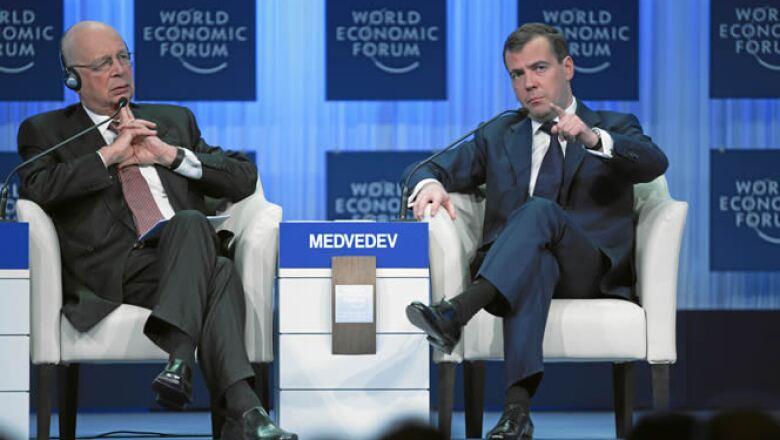 Klaus Schwab, fundador y presidente ejecutivo del WEF (izq) junto Dimitry Medvedev, presidente de Rusia (der) en la apertura del Foro Económico Mundial.