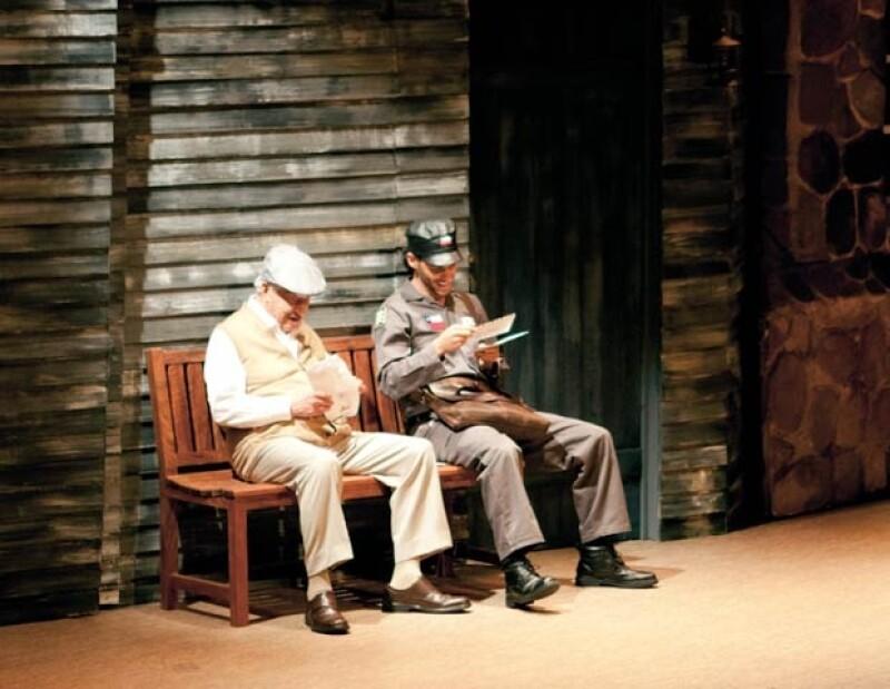 Para Erick, el actor Ignacio López Tarso ha sido un gran maestro. Aquí en la obra de teatro `El Cartero´.