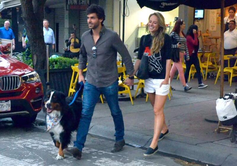 La pareja no pudo verse más enamorada mientras caminaban por la Condesa.
