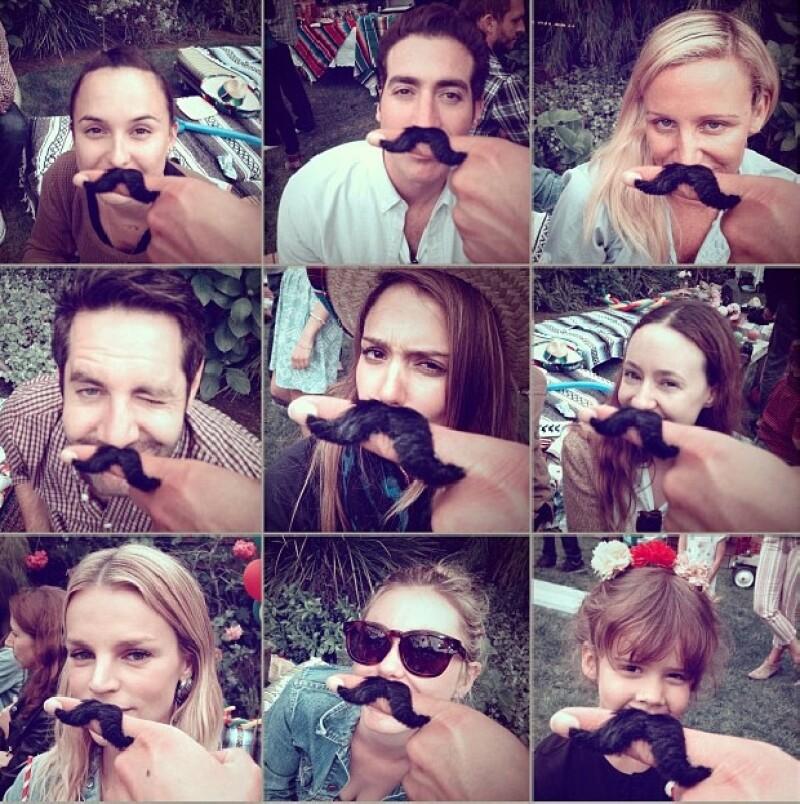 Los invitados se divirtieron utilizando bigotes.